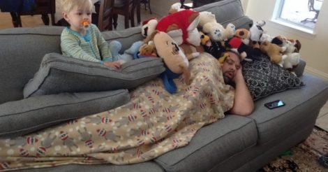 Папа и малыш: одни дома