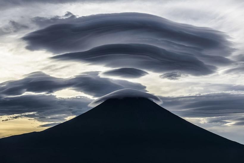 Облака, причудливым образом нависающие над горой Фудзи