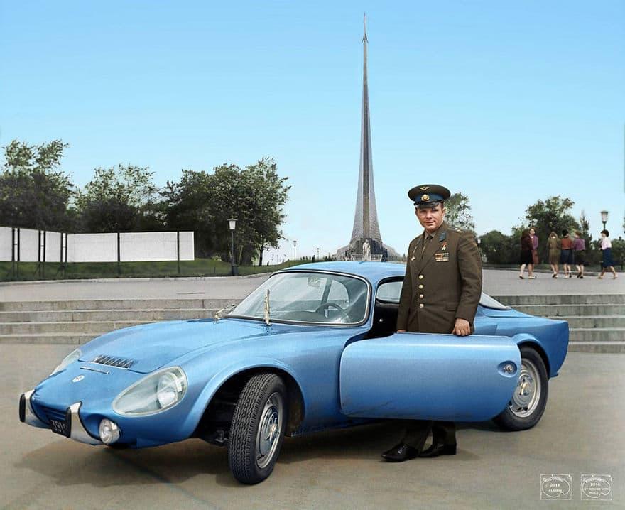 Первый в мире космонавт Юрий Гагарин у своего автомобиля, 1965 год