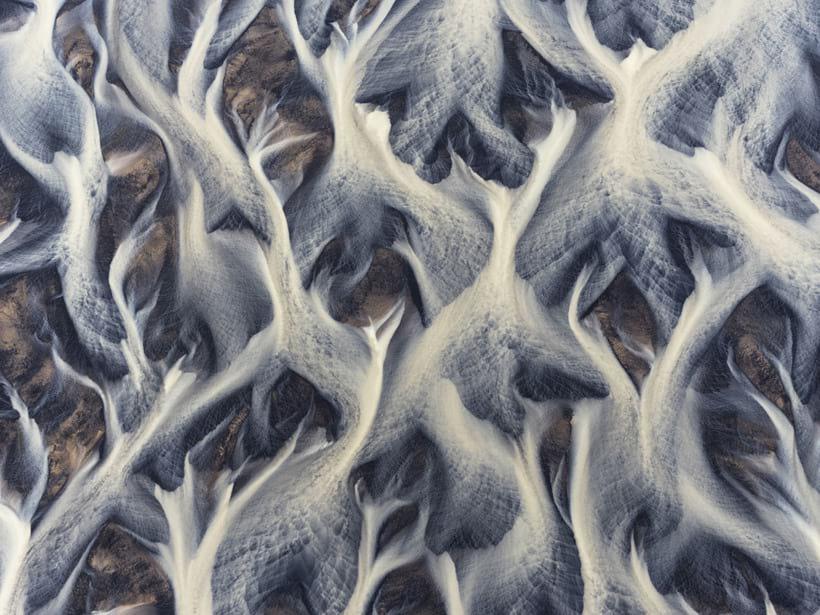 Удивительно, но этот дивный узор создан ледниковой рекой в Исландии