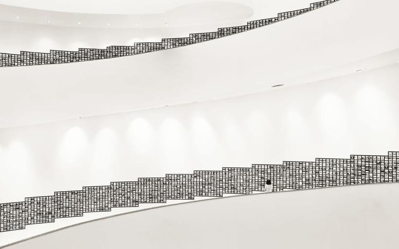 На этом черно-белом снимке изображен Бангкокский центр культуры и искусства