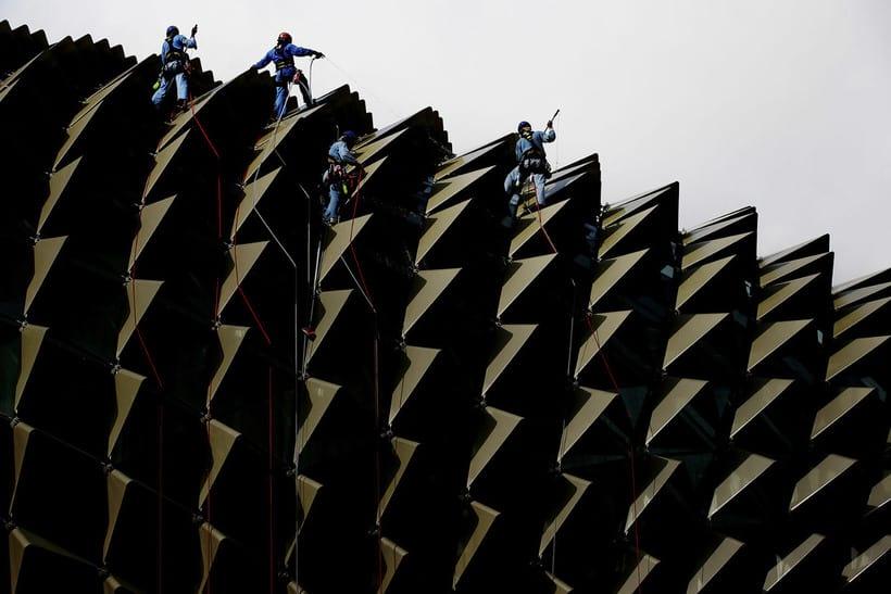Эти мойщики фасада смотрятся кране необычно и колоритно