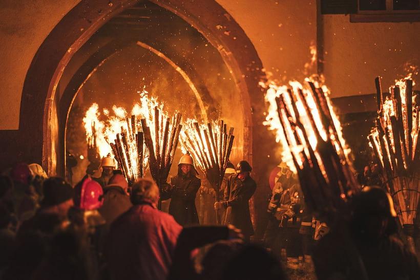 В Швейцарии проводится «языческий весенний ритуал», во время которого зиму прогоняют пламенем