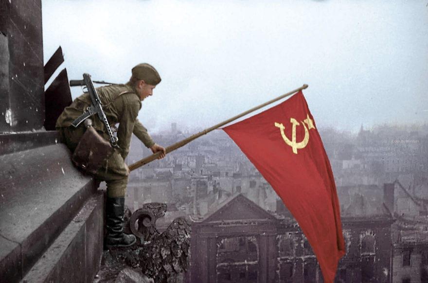Солдат с советским флагом в Берлине, 1945 год