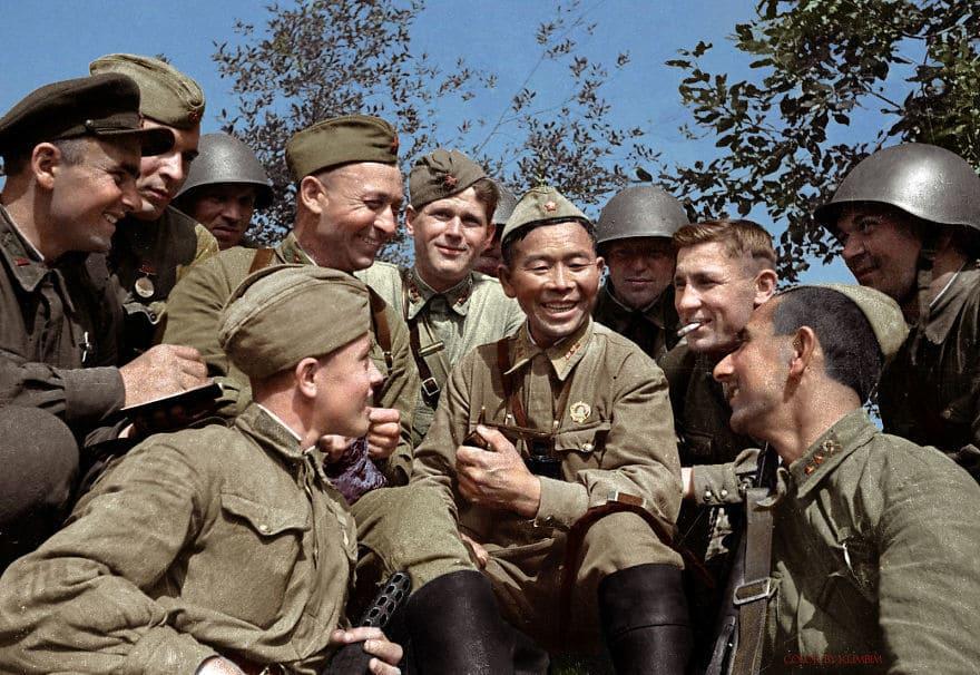 Снайпер Великой отечественной войны Семён Номоконов в окружении товарищей, 1942 год