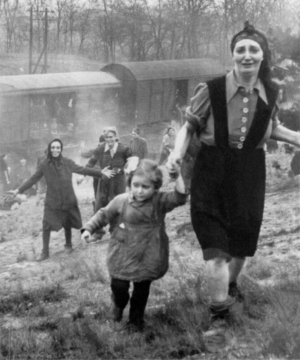 #4 Узники-евреи выпущены из «поезда смерти»