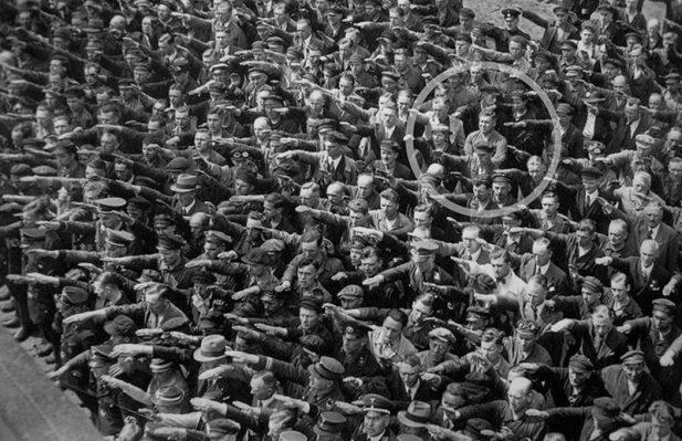 #7 Единственный человек в толпе, отказавшийся повторять нацистское приветствие, 1936 год
