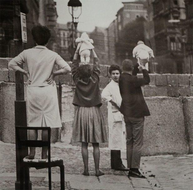#12 Жители Восточного Берлина показывают своих детей своим родителям в Западном Берлине, 1961 год