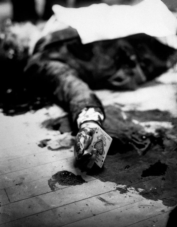 #15 Убитый мафиози Джо Массерия на полу ресторана в Бруклине с пиковым тузом в руке