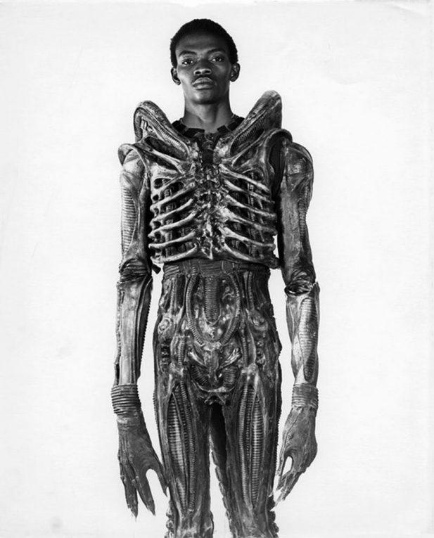 #19 Боладжи Бадеджо из Нигерии, сыгравший в единственном фильме «Чужой», в костюме своего героя, 1978 год