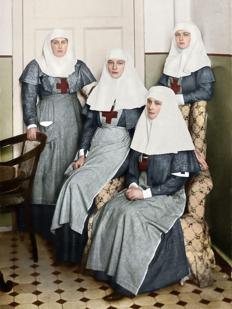Александра Романова с дочерьми в военном госпитале во время Первой мировой войны