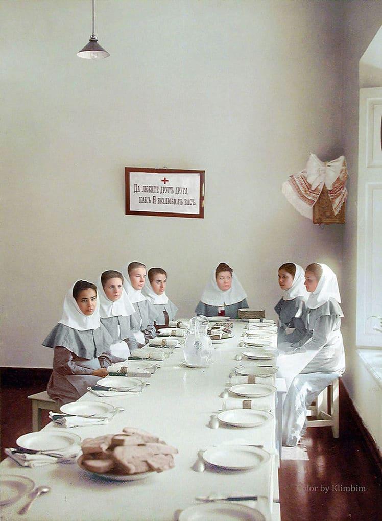 Сёстры милосердия в трапезной, начало двадцатого века