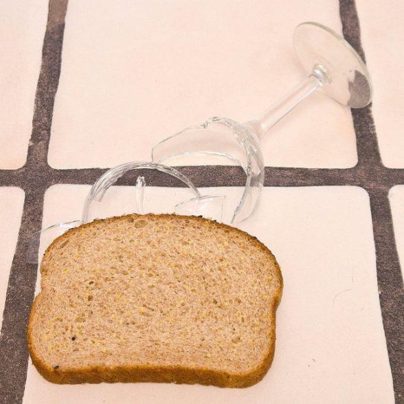 4. Кусочек хлеба отлично соберет мелкие осколки с любой поверхности.
