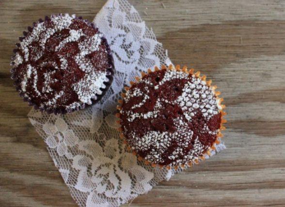 14. Для украшения поверхности маффинов, пирогов или тортов присыпьте их сахарной пудрой через кружевную ткань.
