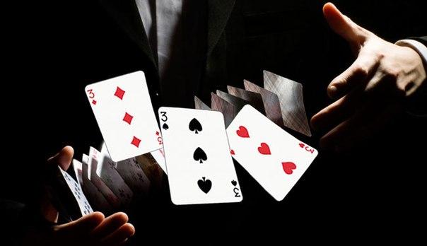 Милиционеры играют в карты мистик и лаггер играть на одной из их карт