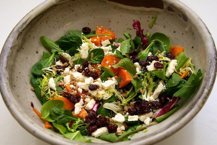 Сбалансированный и вкусный салат, сделанный на скорую руку из того, что осталось в холодильнике, — настоящее искусство. Нужно знать, что сочетается в салате, а что нет.