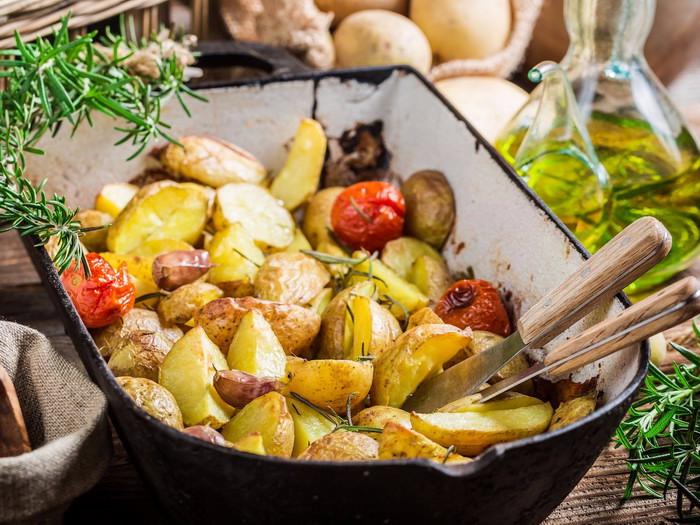 Запеченный картофель — чем проще, тем лучше.