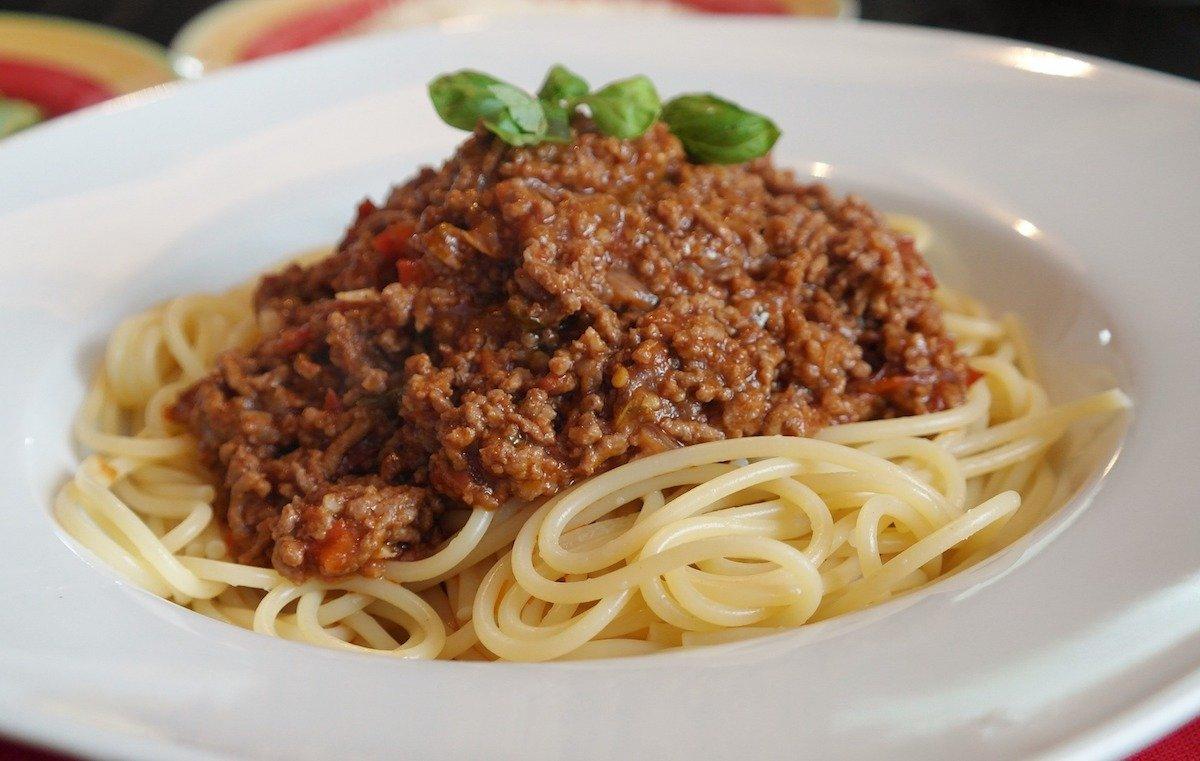 Спагетти болоньезе — хит для больших компаний.