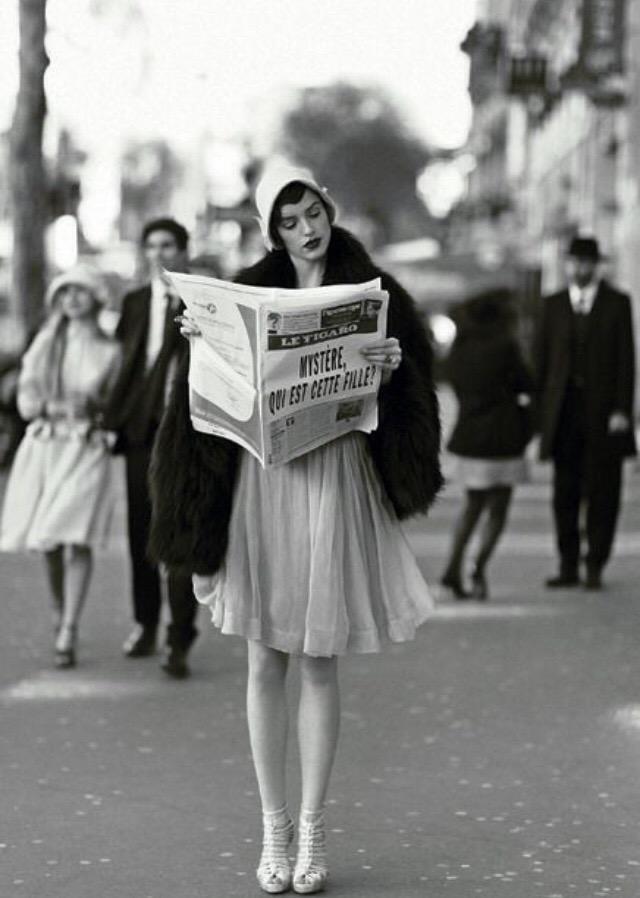 Модель позирует в Париже, 1920.