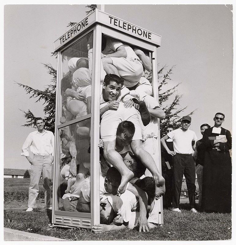 До создания интернета подросткам было интересно, сколько человек может поместиться в телефонной будке, 1959.