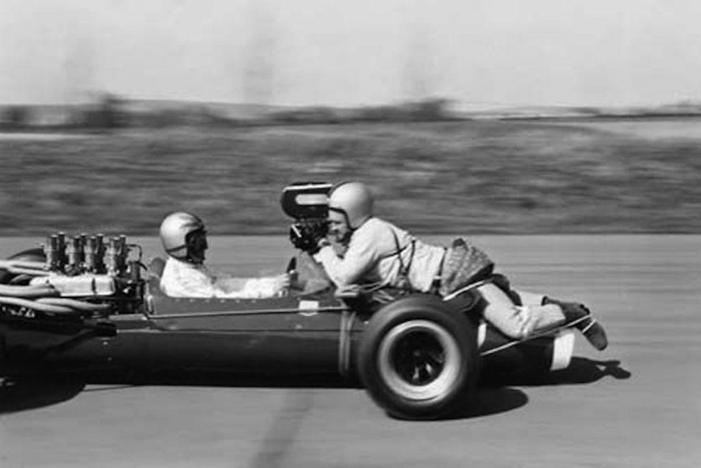 Эти кадры, как человек фотографирует водителя машины, выглядят просто ужасающими.