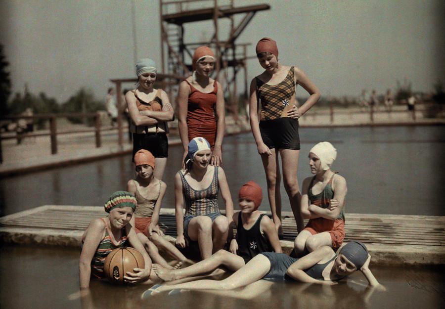 Пловчихи позируют на камеру, посмотрите на улыбку, 1928.