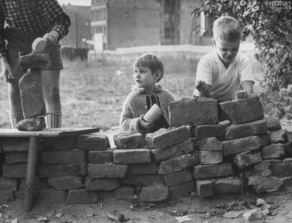 Немецкие дети строят свою Берлинскую стену, 1961.