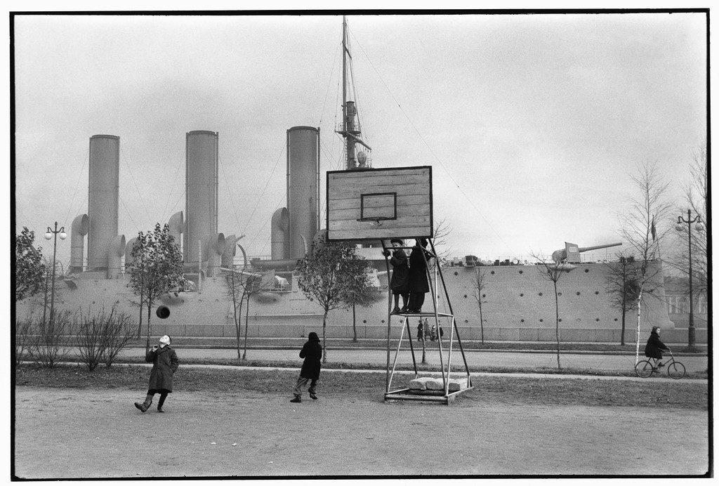 Дети играют в баскетбол в советскую эпоху, Россия, 1957.