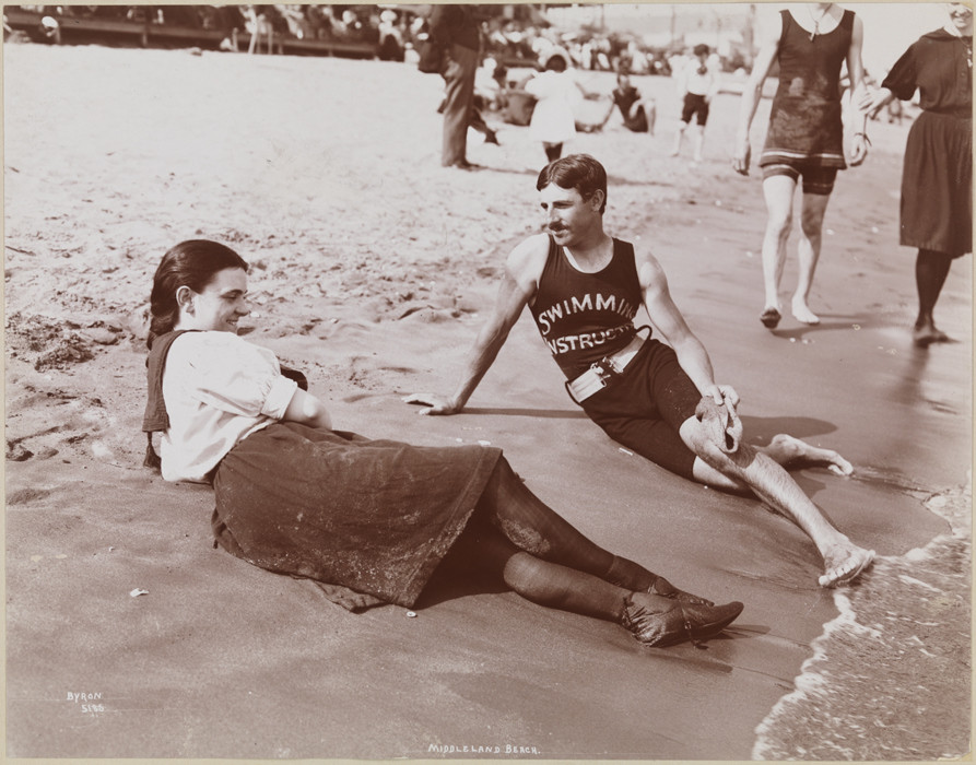 Молодой Никола Тесла учит девушку, как плавать, 1900.
