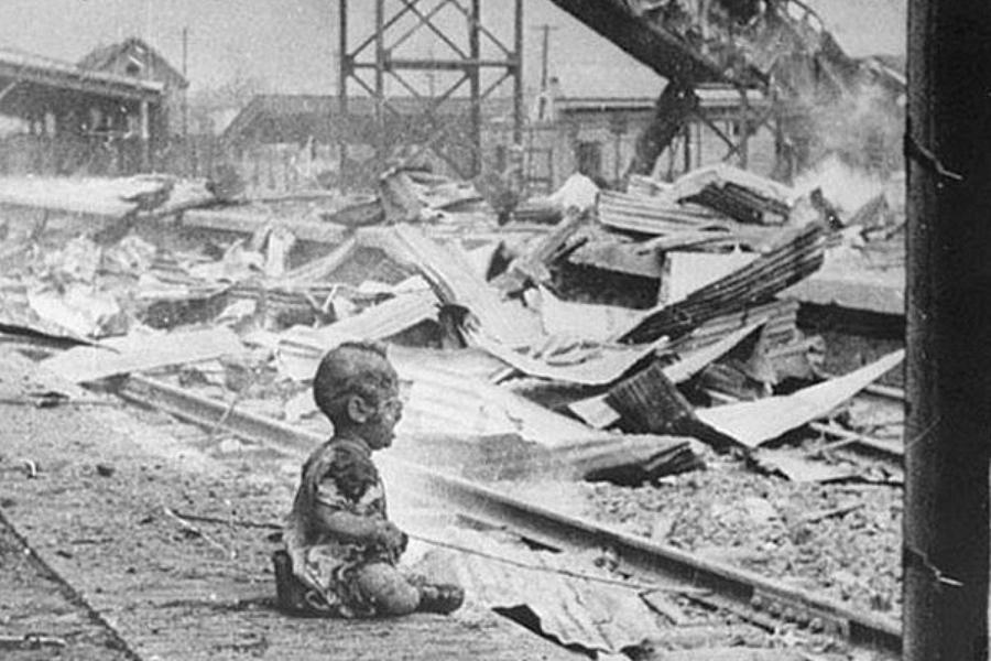 Одинокий ребенок рыдает на улице после японского авиаудара по Китаю, 1937.