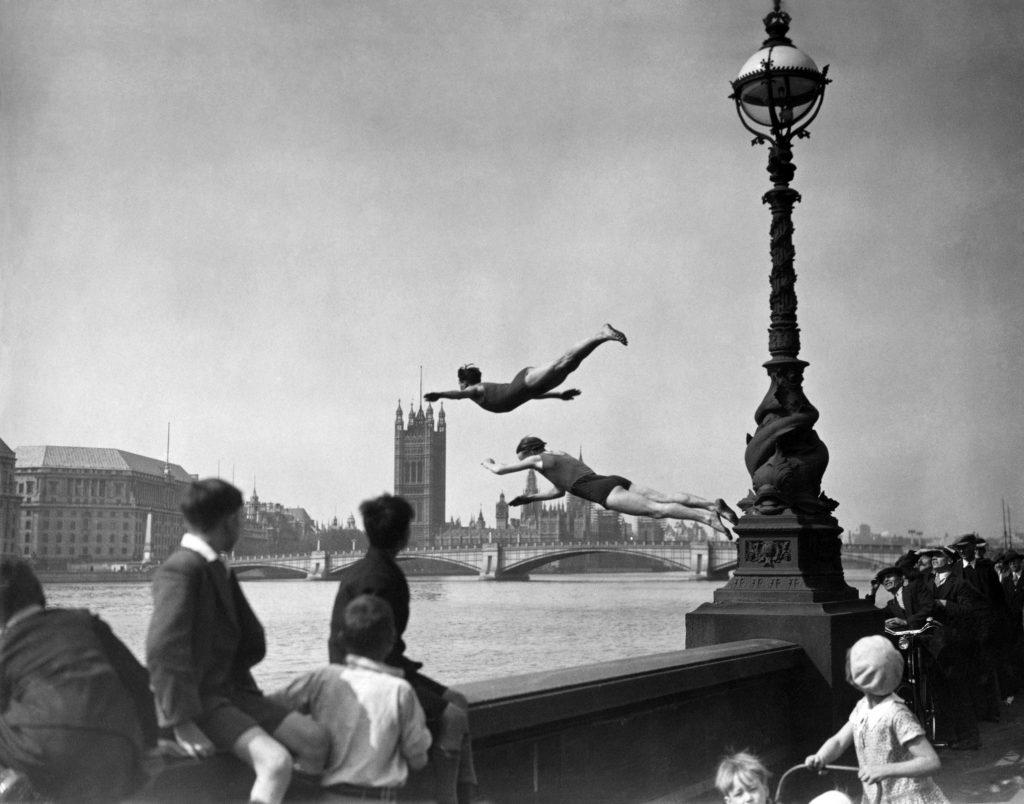 Водолазы прыгают в Темзу, 1934.