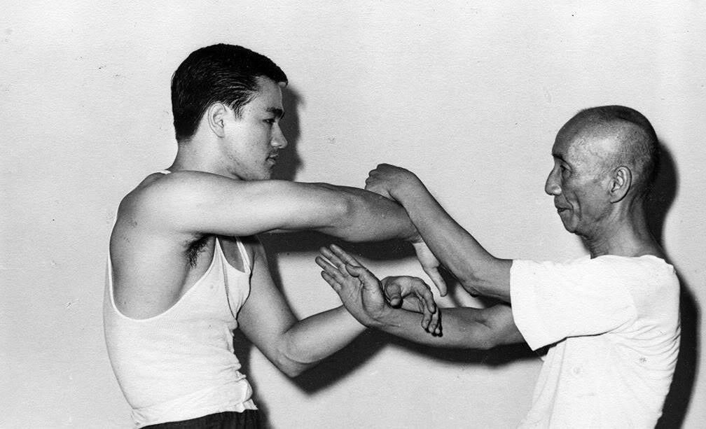 Брюс Ли получает урок по боевым искусствам, 1955.