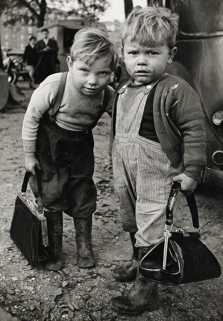 Французские мальчики с бумажниками матерей, 1962.