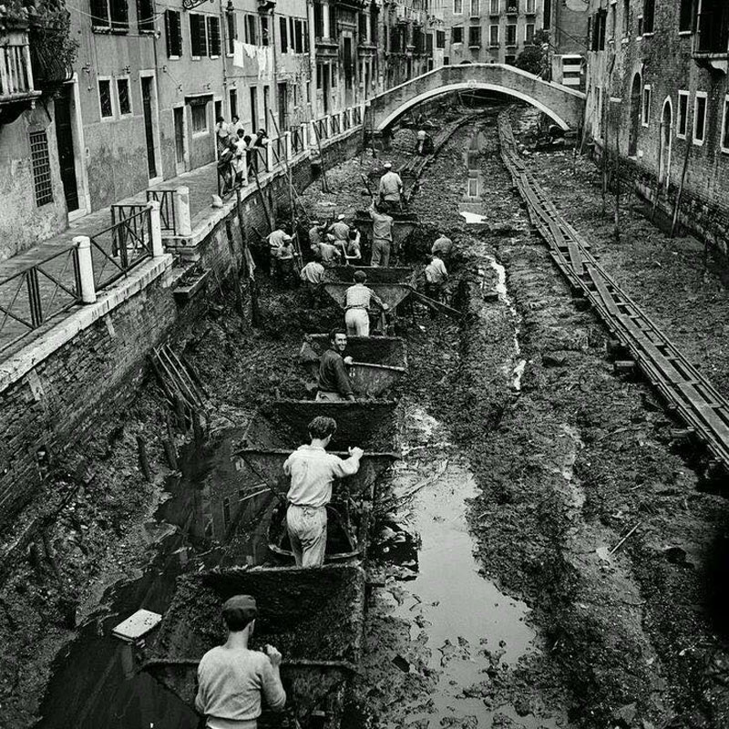 Знаменитые каналы в Венеции осушили, чтобы очистить, 1956.