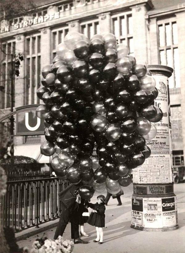 Маленькая девочка покупает воздушный шар в Берлине, 1935.