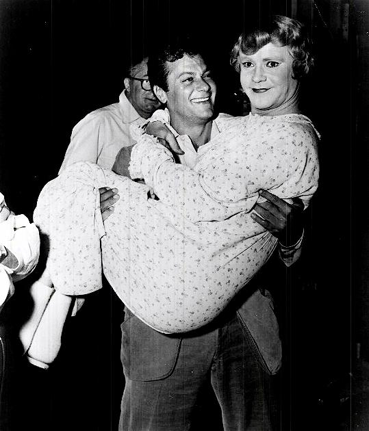 Тони Кертис и Джек Леммон на съемках «Некоторые любят погорячее», 1958.