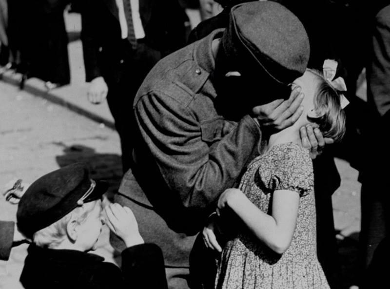 Русский солдат целует свою дочь на прощание перед отъездом на войну, 1938.