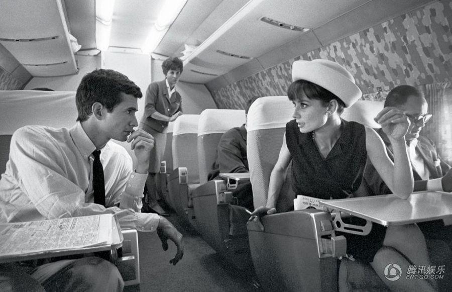 Одри Хепберн и актер Энтони Перкинс прямо в воздухе, 1962.