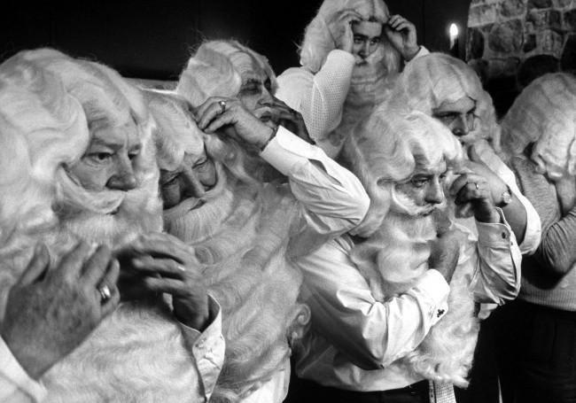 Группа мужчин, учится, как преображаться в Санта-Клауса, 1961.