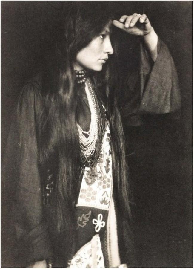 Женщина-индеец позирует перед камерой, 1926.