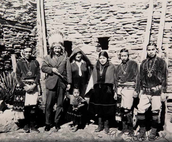 Альберт Эйнштейн фотографируется с индейским племенем, 1922.