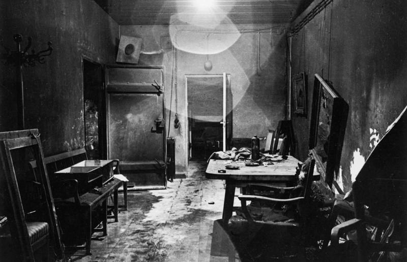 Тайный бункер, где Гитлер покончил жизнь самоубийством.