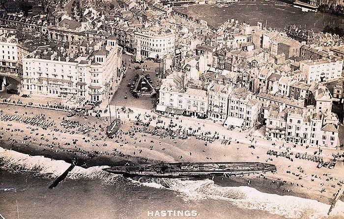 Военный корабль вынесло на берег во время Второй мировой войны.