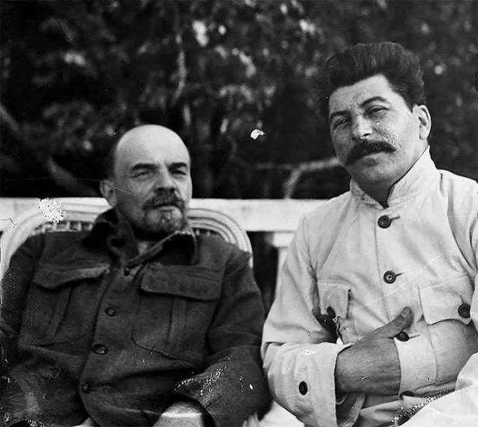 Сталин и Ленин сидят вместе, 1922.