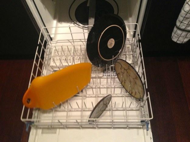 27. Покажите мне человека, который так моет посуду.