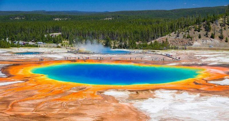 """""""Большой призматический источник"""" в национальном парке Йеллоустон, температура воды которого достигает 70°С (США)"""