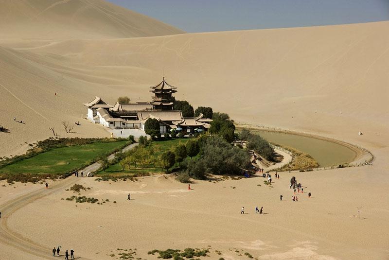 Озеро Полумесяц в пустыне Гоби (Китай)