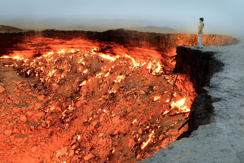 """Врата Ада"" — горящий газовый кратер посреди пустыни ( Туркменистан)"