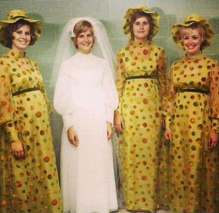 7. Настоящие подружки: оделись глупо, чтобы невеста выглядела симпатичной.