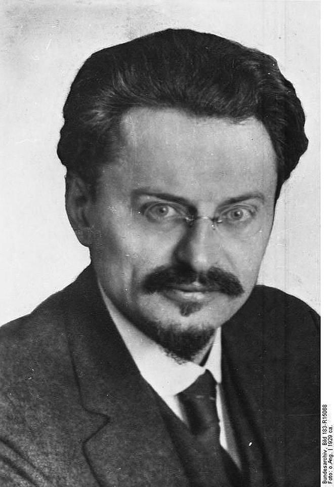 Лев Троцкий — Лев Давидович Бронштейн (для антисемитов это не новость).